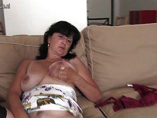 Madura ama de casa jugando con su consolador y tits saggy
