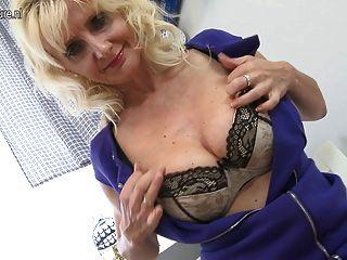 Sexy rubia madre jugando con su coño mojado