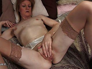 Abuela jj se pone traviesa y desnuda por su cuenta