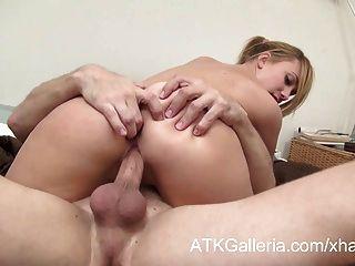 Dulce rubia chica deja que su novio follarla en el culo