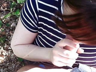 Esposa de engaño chupa mi polla en el bosque!