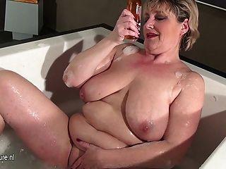 Madura, madre, con, saggy, tetas, tomar, baño