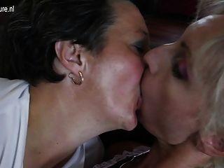 Viejas lesbianas eyaculan y follan jovencita