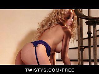 Twistys curvy busty blonde se burla de sus tetas grandes y coño