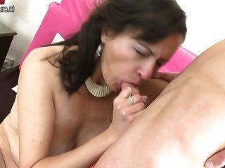 Pelirroja madre madura chorreando y follando a su chico