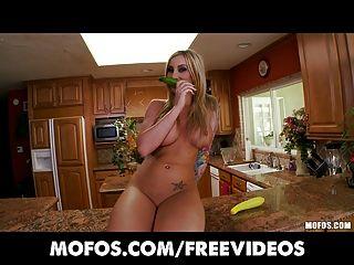 Mofos curvy rubia tetona folla su coño rosa en la cocina