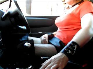 Masturbándose fuera de su casa en pvc y botas de muslo