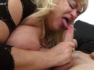 Gran mamá madura de la bomba del sexo consigue una buena cogida dura