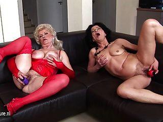 Dos sucias abuelitas masturbándose juntos en el sofá
