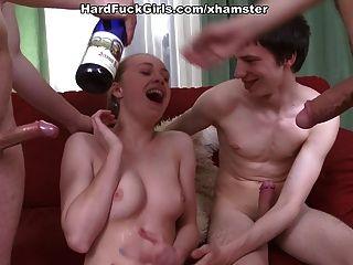 Sexo en grupo duro con una niña