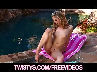 Busty bikini rubia contenta frota su coño junto a la piscina