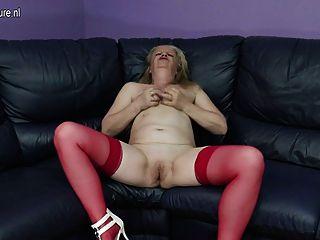 Sucia vieja abuela masturbándose en el sofá