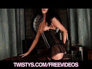 Twistys sexy milf británica le encanta burlarse de la cámara