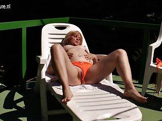 Vieja pero todavía mamá masturbándose en el sol
