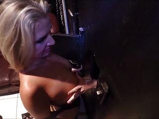 Mujer se tantea por la niña en el agujero de la gloria