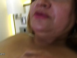 Chubby 50yo mama obtener su coño mojado