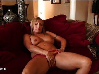 Mamá americana puma jugando con ella misma