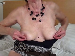 Cachonda holandés madura abuela jugando con su coño mojado