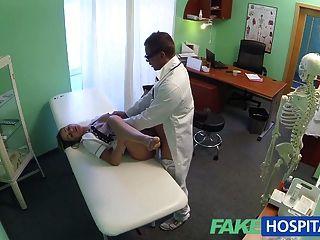 La enfermera caliente del fakehospital bordea su manera a un aumento