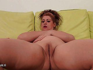 Madura mamá jugando en su sofá con ella