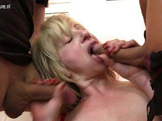 Sexy madura mamada follada por dos niños a la vez