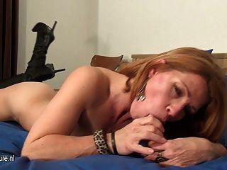 Aficionada a la milf le encanta desquitarse en su cama