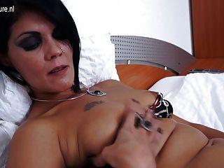 Madura mamá masturbándose en su cama