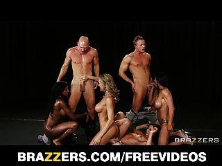 Cuatro fanáticos grandes de la aptitud del tit se tira abajo para una orgía hardcore