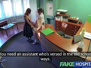 Los médicos del hospital falso hacen un chequeo de salud obligatorio