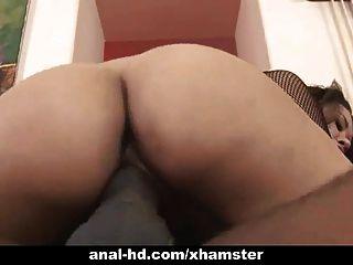 Asiática babe lleva polla negro hasta su culo en la diversión anal