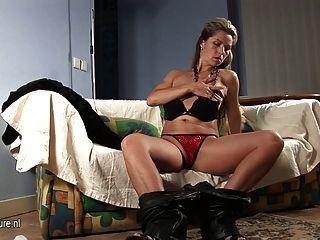 Milf europeo caliente jugando con su cuerpo magnífico