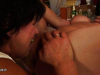 Vieja lesbiana abuelita follar una nena caliente