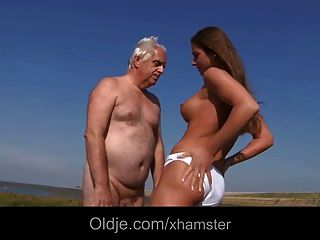 Big titty adolescente follando más viejo en la playa
