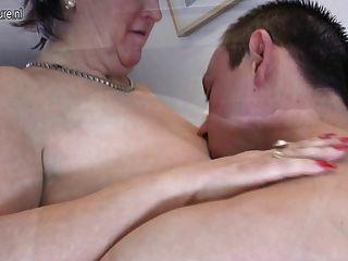 Vieja mamá madura coge y chupa a su muchacho joven