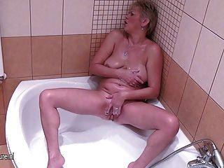 Ama de casa madura jugando con su coño mojado