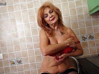 Hermosa abuelita con cuerpo viejo pero todavía caliente