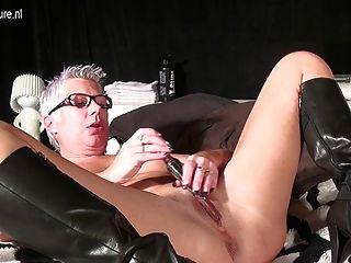 Escupir vieja madura mamá masturbándose con un juguete