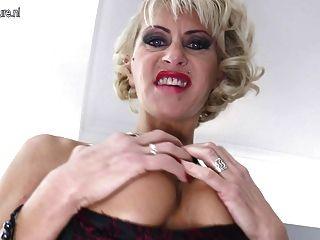 Caliente mamada perforada madura toma enorme consolador negro