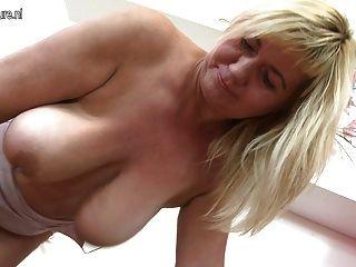 Mamá madura encantadora sacude grandes tetas flacas y coño