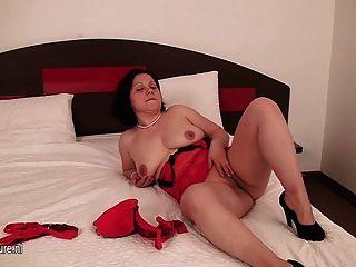 Amateur ama de casa jugando con su coño en la cama