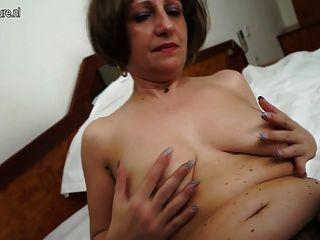 Caliente amateur madre de 2 jugando con su coño mojado