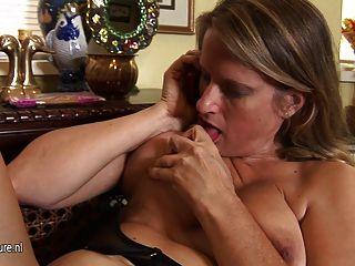 La mamá americana caliente del puma se masturba mientras que habla en el teléfono
