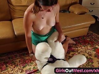 Chicas fuera oeste aficionado cutie follando un osito de peluche