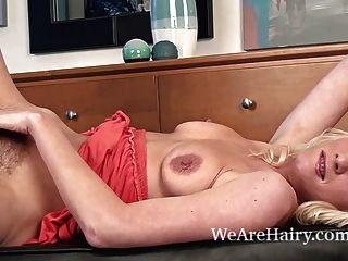 Ashleigh mckenzie le gusta mostrar su coño peludo