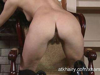 Tatiana se impulsa salvajemente al orgasmo