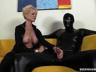 Dominante abuela domina a su esclavo