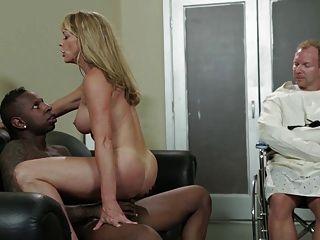 Sexy blonde milf shayla laveaux obtiene follada por bbc enorme