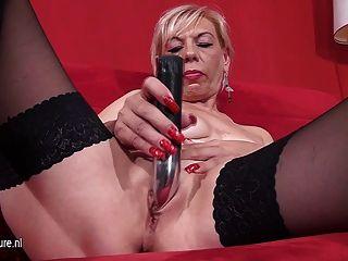 Vieja madre rubia jugando con dos juguetes