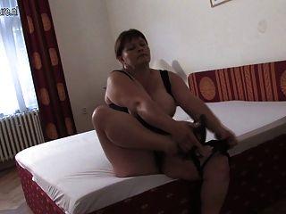 Mama de pecho grande jugando en su cama
