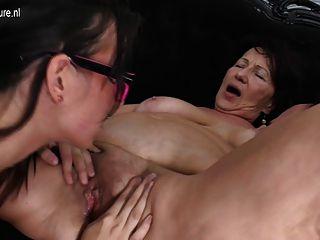 Abuela follada por la madre madura y joven